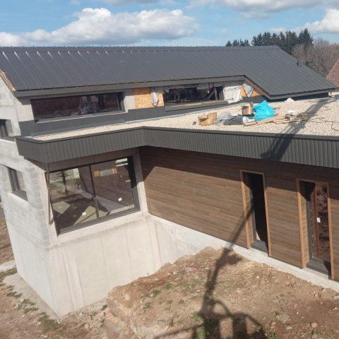 Couverture en acier sur maison individuelle